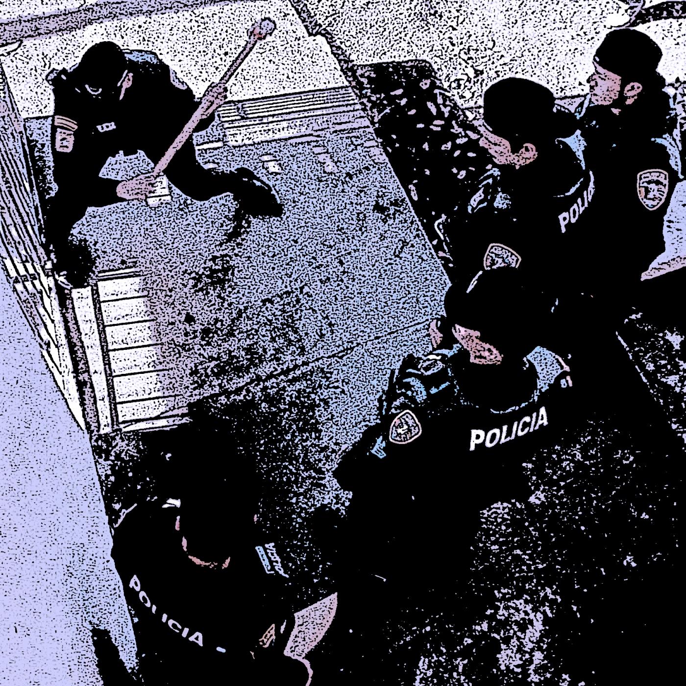03/23/00 FOTO GARY GUTIERREZ OPERATIVO1:COMO PARTE DEL OPERATIVO REALIZADO POR LA POLICICA DEL AREA DE GUAYAMA, AGENTES DE SATURACION LLEVARON ALLANAMIENTOS EN VARIOS RECIDENCIALES ENTRE LOS QUE SE ENCUENTRABA BRISAS DEL MAR EN SALINAS. ALLI DETUVIERON DOS MUJERES NO IDENTIFICADAS A QUIEN ALEGADAMENTE LE OCUPARON 40 SOBRES DE COCAINA