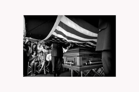 entierro1:Mientras los compañeros de armas completaban los rituales militares en honor a Kelvin Feliciano Guitérrez, su viuda Sharon Crespo Cordero busca consuelo en su cuñada Walesaka y en su Suegra Ada Esther.