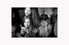 entierro2:En medio de las 21 salvas en honor a Kelvin Feliciano Guitérrez, su viuda Sharon Crespo Cordero busca consuelo en su cuñada Walesaka y en su Suegra Ada Esther.