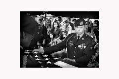 entierro4:Mientras los compañeros de armas completaban los rituales militares en honor a Kelvin Feliciano Guitérrez, su viuda Sharon Crespo Cordero busca consuelo en su cuñada Walesaka y en su Suegra Ada Esther.